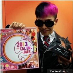 Джи-Драгон из Big Bang показывает свои трофеи.