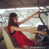 Джу Ен из After School за рулем лодки