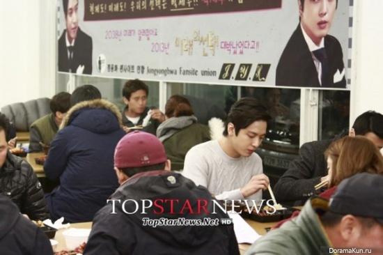 Фанаты Чон Ён Хва в очередной раз накормили съемочную группу драмы Выбор будущего