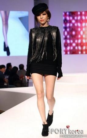 Га Ин прошлась по подиуму на модном показе Crocs