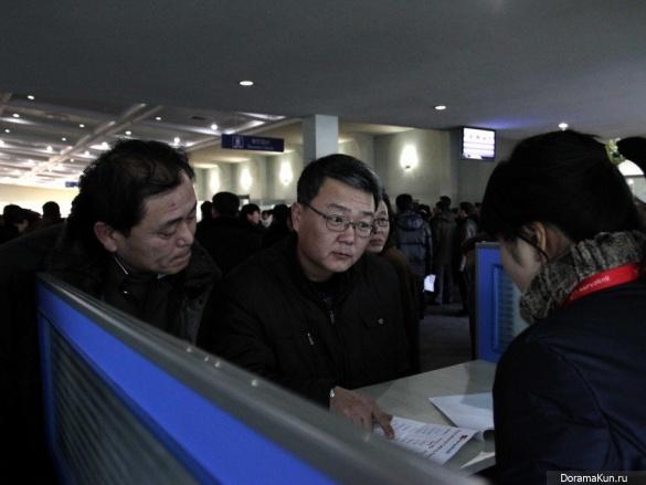 Иностранцы покупают местные SIM-карты в аэропорту Пхеньяна