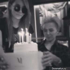 G-Dragon празднует свой день рождения с близкими друзьями