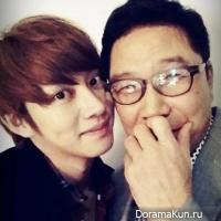 Хичоль сфотографировался с председателем SM Entertainment Ли Су Маном