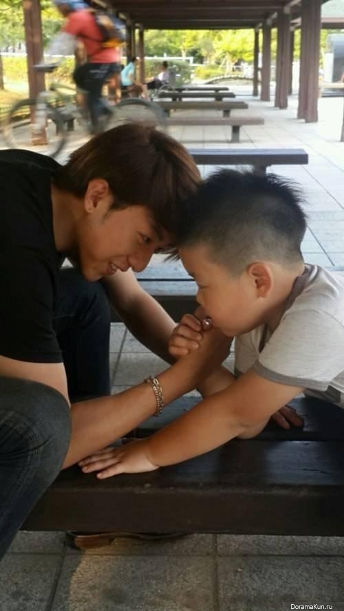 Джон Шин из CNBLUE и его маленький племянник поборолись в армрестлинге во время Чусок