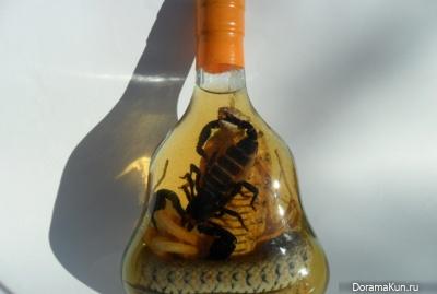 Скорпион и кобра внутри бутылки с китайской змеиной настойкой