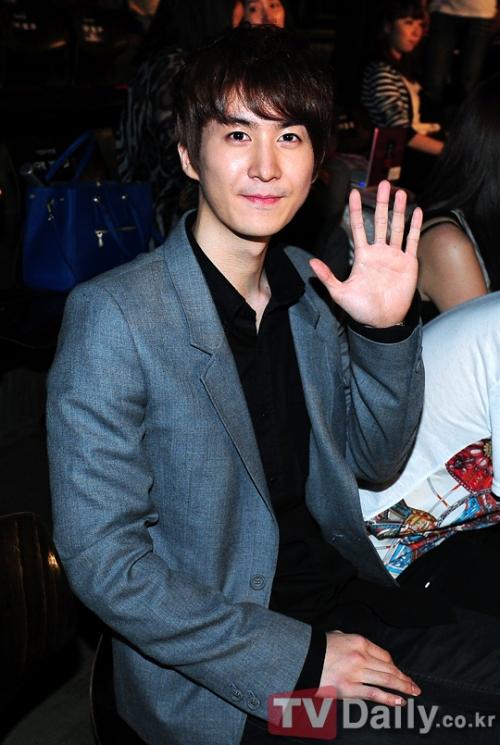 Участники SS501, Хо Ён Сен и Ким Кю Чжон, посетили шоу-выступление Ким Хенг Чжуна