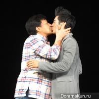 Джеки Чан поцеловал Ван Лихома на его концерте