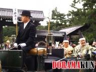Во главе парада повозка с официальными лицами (мэр, представители префектуры) периода Мэйдзи.