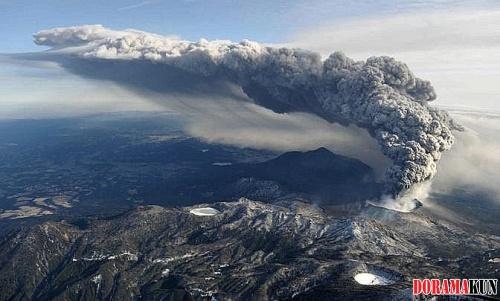Япония. Извержение вулкана Шинмоедаке