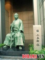 Это памятник японскому политику, одному из лидеров Реставрации Мэйдзи Кацура Когоро. Он установлен перед отелем Окура.