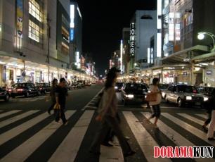 А ночью машины отступают и приходит время пешеходов. Здесь много ресторанов и развлекательных заведений. Ночная жизнь кипит.