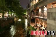 Ночью свет фонарей отражается от воды канала. Фонари не красные, но все равно красиво.