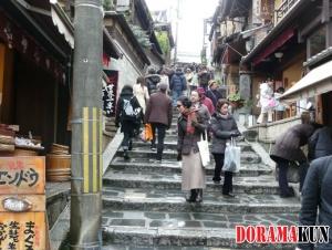 Лестница на улице Саннэн-зака довольно крутая, идти по ней нужно с особой осторожностью. Ведь, как говорят, если на ней упасть, то в течение ближайших 3-х лет придется умереть.