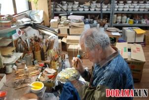 Мастер в Саннэн-зака за работой. Раскрашивание чашек требует не только навыка, но и художественных способностей.