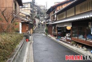 Магазины с сувенирами. Вид на лестницу, ведущую к храму Киёмидзудера.