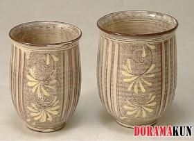 Отличный подарок - две чашки, выполненные в стиле киёмидзу-яки. Это очень типичный сувенир из Киото. Чашки разного размера - маленькая для женщины, большая для мужчины.