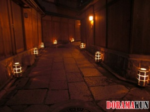 С наступлением темноты в Исибэ-кодзи зажигаются фонари - отличное время для романтической прогулки.
