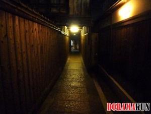 Узкий проход при небольшом освещении выглядит и впрямь достаточно мрачно