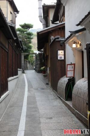 Небольшой ресторанчик в узком переулке. Даже меню выставлено на улицу - это уже современный стиль.