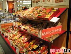 На этой витрине Даймару продаются о-бэнто. Это рис с морепродуктами и овощами в коробочке - очень вкусный обед, между прочим.