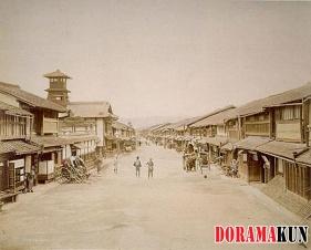 Фото улицы Сидзё в самом начале Периода Мэйдзи, видимо, 1860-е или 1870-е года. На дальнем плане едва различима пагода Ясака дзиндзя и горы Хигасияма.