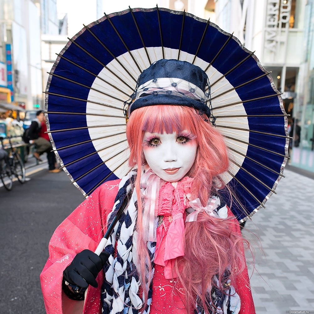 history of japanese street fashion Lolita fashion emerged during the 1990s as a radical form of street style born out of the japanese taste for hello kitty cuteness whether dressed in pink, powder blue, red, white or black, lolitas are immediately recognisable by their doll-like make-up, frilly skirts, fanciful headgear, ribbons and lace.