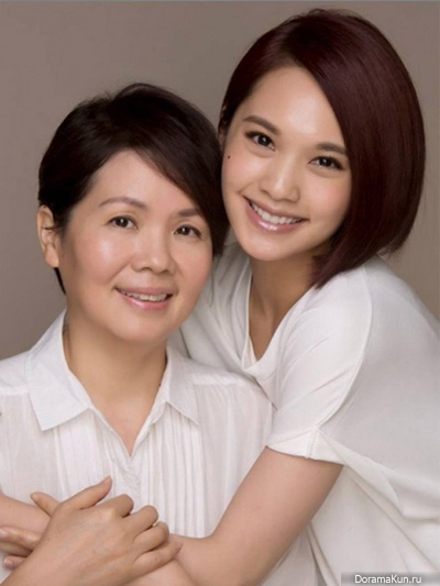 Rainie Yang and her mother