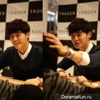 Ли Чон Сок сближается с фанатами во время своей автограф-сессии для 'Trugen'