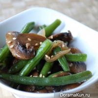 Salad with mushrooms, green beans and onions