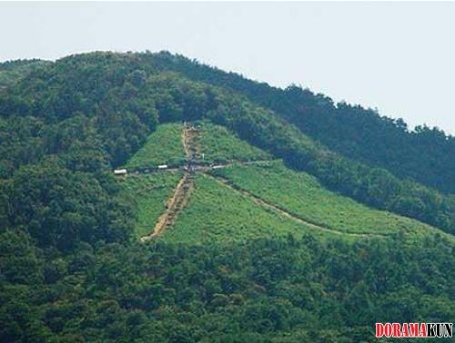 На этом холме во время Даймондзи загорается огромный иероглиф дай (значение: большой)